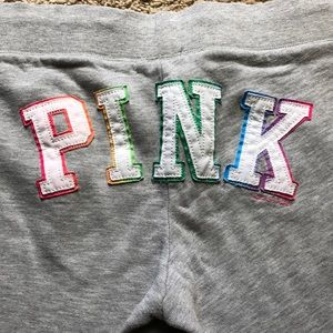 PINK. Gray cropped sweatpants embroidered logo. M